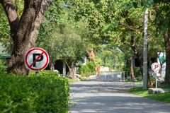 Free No Parking Sign With National Park In Background. Stock Photos - 117555753