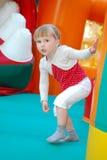 No parque de diversões, saltando em uma menina inflável da corrediça. Fotos de Stock