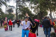 No parque do lago do xuanwu de nanjing na província de jiangsu, há um grupo de pessoas que é afeiçoado da dança de xinjiang, danç Imagem de Stock Royalty Free