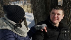No parque uma mulher que afaga o homem sobre sua cabeça quando decolar seu chapéu filme