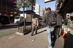 9no Peatones y tráfico de Manhattan Nueva York de la avenida Fotos de archivo libres de regalías