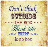 No piense fuera del fondo de la cita del Grunge de la cita de la caja Imagen de archivo