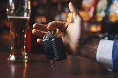 No pije i no jedzie! Cropped wizerunek opowiada samochód opiły mężczyzna fotografia stock