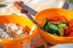 No piquenique, no alimento saudável nas placas dos vegetais e na galinha imagens de stock