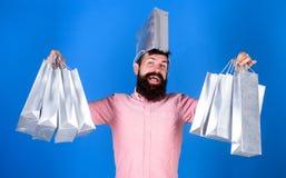 No podía resistir descuento El hacer compras el viernes negro Compras felices con las bolsas de papel del manojo Reparto provecho imagenes de archivo