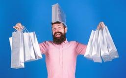 No pod?a resistir descuento El hacer compras el viernes negro Compras felices con las bolsas de papel del manojo Reparto provecho foto de archivo libre de regalías