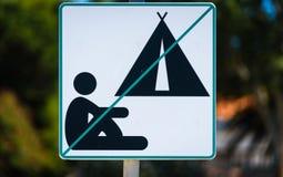 No ponga verde ningún peligro permitida que acampa señal adentro Croacia Fotografía de archivo libre de regalías