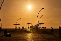 No por do sol, os povos vão para uma caminhada ao telefone Aviv Port Promenade fotografia de stock