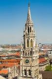 No primeiro plano a torre da câmara municipal nova é uma câmara municipal na parte nortenha de Marienplatz Fotos de Stock