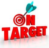 No progresso direto da missão da batida do bullseye da seta das palavras do alvo Imagem de Stock Royalty Free