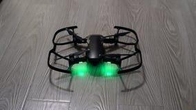 No quadrocopter que está no assoalho, as luzes verdes estão ligada video estoque