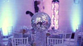 No restaurante no partido, a tabela é decorada com uma bola do espelho do disco O efeito da bola do disco do espelho no filme