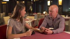 No resto dos pares do amor no restaurante moderno filme
