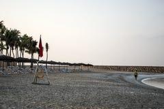 No señale ninguna muestra del peligro por medio de una bandera de la natación en el salalah Omán de la bahía de la playa souly Fotografía de archivo libre de regalías