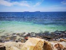 No se lav? ning?n pl?stico, basura para arriba en la orilla de mar de la playa durante la marea baja imagen de archivo libre de regalías