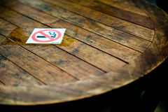 No smoking sign on table Royalty Free Stock Images