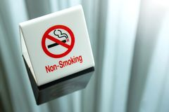 No smoking sign on table Royalty Free Stock Photos