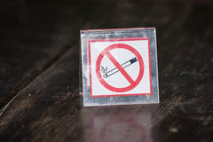 No smoking sign on wooden table Royalty Free Stock Photography