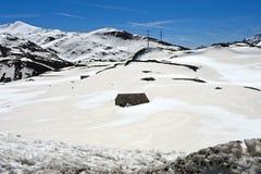 No St coberto de neve Gotthard Pass, Suíça Fotos de Stock Royalty Free