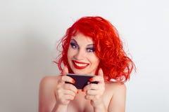 No! no!, szokująca wiadomość telefonem Szczęśliwa kobieta patrzeje telefon komórkowego texting zaskakującą wiadomość w szoku, fot zdjęcia royalty free