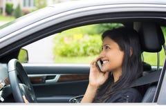 No telefone, boa notícia ao conduzir Fotografia de Stock