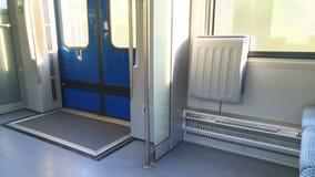 No trem ao lado da janela, há duas cadeiras e portas vídeos de arquivo