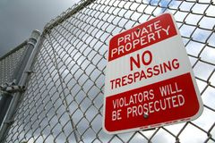 Free No Trespassing Sign Stock Photo - 94862040