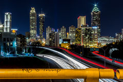 No a Trump con la vista di Atlanta, GA fotografia stock