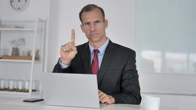 No, uomo d'affari Medio Evo Disliking Offer ondeggiando dito stock footage