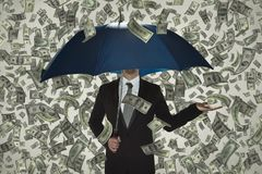 No veo ninguna crisis, lluvia del dinero, hombre de negocios debajo del paraguas fotos de archivo