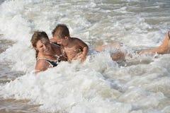 No verão, no mar, minha mãe e sua filha pequena concedem dentro Fotos de Stock Royalty Free