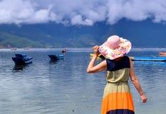 No verão, uma mulher no lago Imagem de Stock Royalty Free