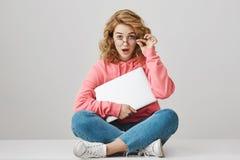 No voy a pedirle prestado mi ordenador portátil Hembra caucásica joven atractiva preguntada con el pelo rizado que se sienta con  Fotos de archivo