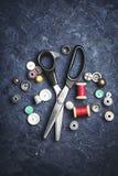 Nożyce i guziki Obrazy Royalty Free