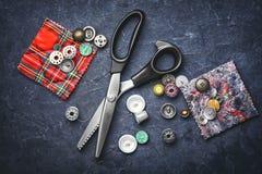 Nożyce i guziki Zdjęcia Stock