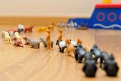 Noah Bak met dieren van speelgoed stock foto