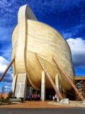 Noah& x27; réplica da arca de s contra o céu azul imagem de stock royalty free