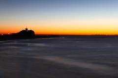Nobbys灯塔在黎明新堡澳大利亚 免版税图库摄影