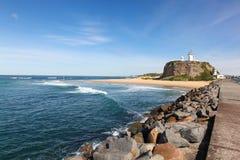 Nobbysvuurtoren en strand - Newcastle Australië stock foto's