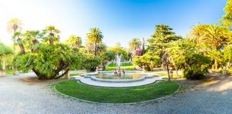 Nobel fa il giardinaggio con una fontana nella priorità alta, Sanremo, Italia Immagini Stock