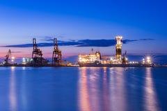 NOBEL GLOBETROTTER II - soluppgång för drillborrskepp på port av Burgas, Bulgarien Royaltyfri Fotografi