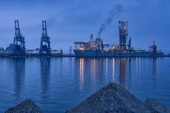 NOBEL GLOBETROTTER II - soluppgång för drillborrskepp på port av Burgas, Bulgarien Arkivbilder