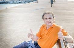 Noble 40 Jahre alte Sportler, die sich Daumen zeigen Lizenzfreies Stockbild