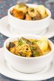 Noble Umhüllung der Kartoffelsuppe mit Fleisch und vegatables, gedient in den weißen Schüsseln, die auf Tabelle, blaue Tischdecke stockfoto