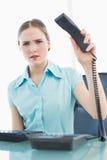 Noble wütende Geschäftsfrau, die herauf Telefon hängt stockfoto