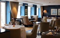 Nobles elegantes und modernes Restaurant in Amsterdam, die Niederlande in Europa Sitze, Tabellen und Lampen im erstklassigen Luxu stockfotos