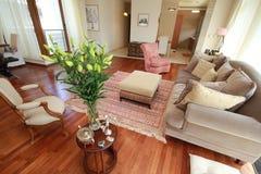 Nobles Wohnzimmer mit Blumen Stockfotografie