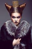 Nobleza. Princess honorable con la corona de oro. Concepto creativo Foto de archivo libre de regalías