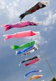 Nobori japonais de koi soufflant dans le vent Photos stock