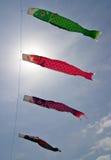 Nobori japonais de koi soufflant dans le vent Images libres de droits